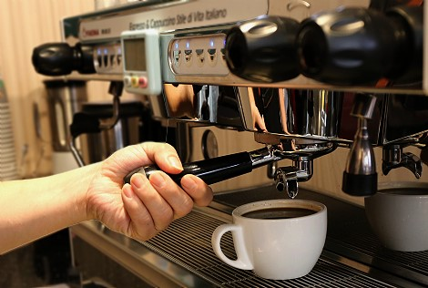 <strong>手工深度烘培、香醇無限回味,來一杯左手咖啡,享受慢活悠閒的午後時光 ...</strong><br /><br />你感受過手沖咖啡的魅力嗎?...手工沖泡的極致,在於探索咖啡靈魂的氣質,像似與它心靈般的對話一樣,深入又不失本質,歡迎來感受手沖咖啡的魅力。<br /><br />另有層層酥脆的甜點與手工餅乾,不甜不膩,一口接一口,幸福甜蜜滋味不間斷。